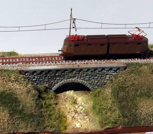 """Modellismo - Diorama """"il ponte"""" cm 46 x 22 con catenaria FS"""